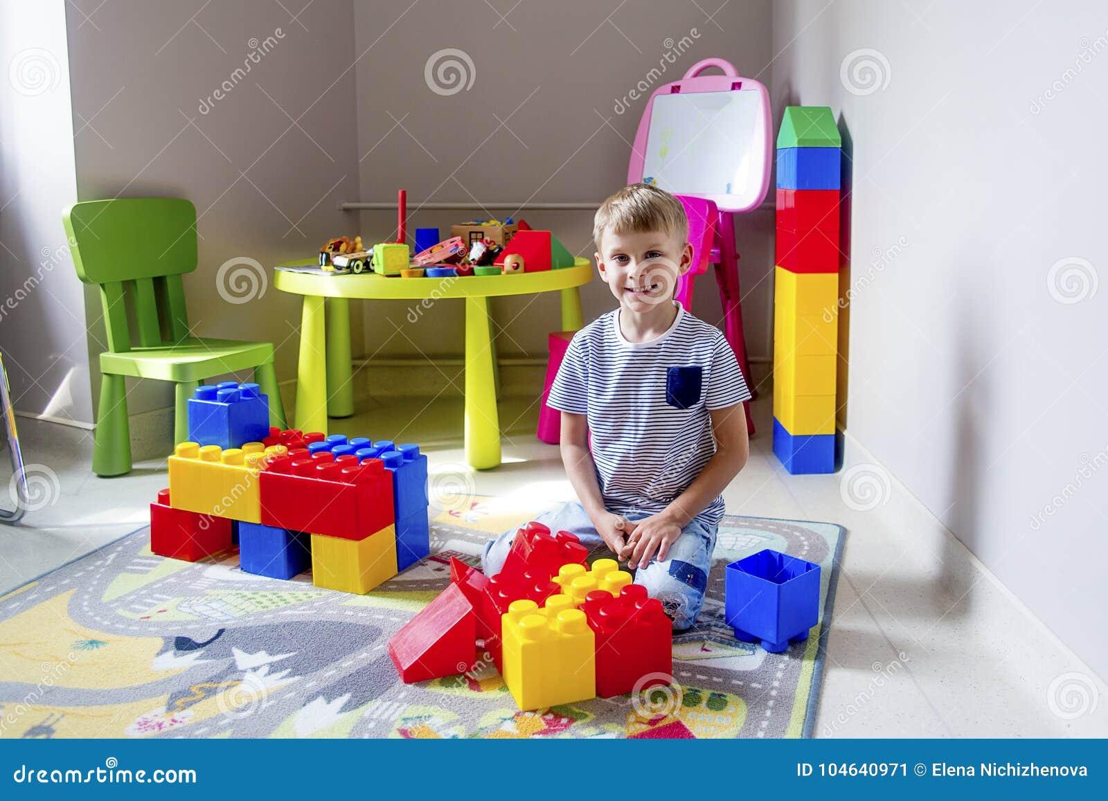 Download Jong Geitje Het Spelen Met Bouwblokken Stock Afbeelding - Afbeelding bestaande uit meisje, learning: 104640971