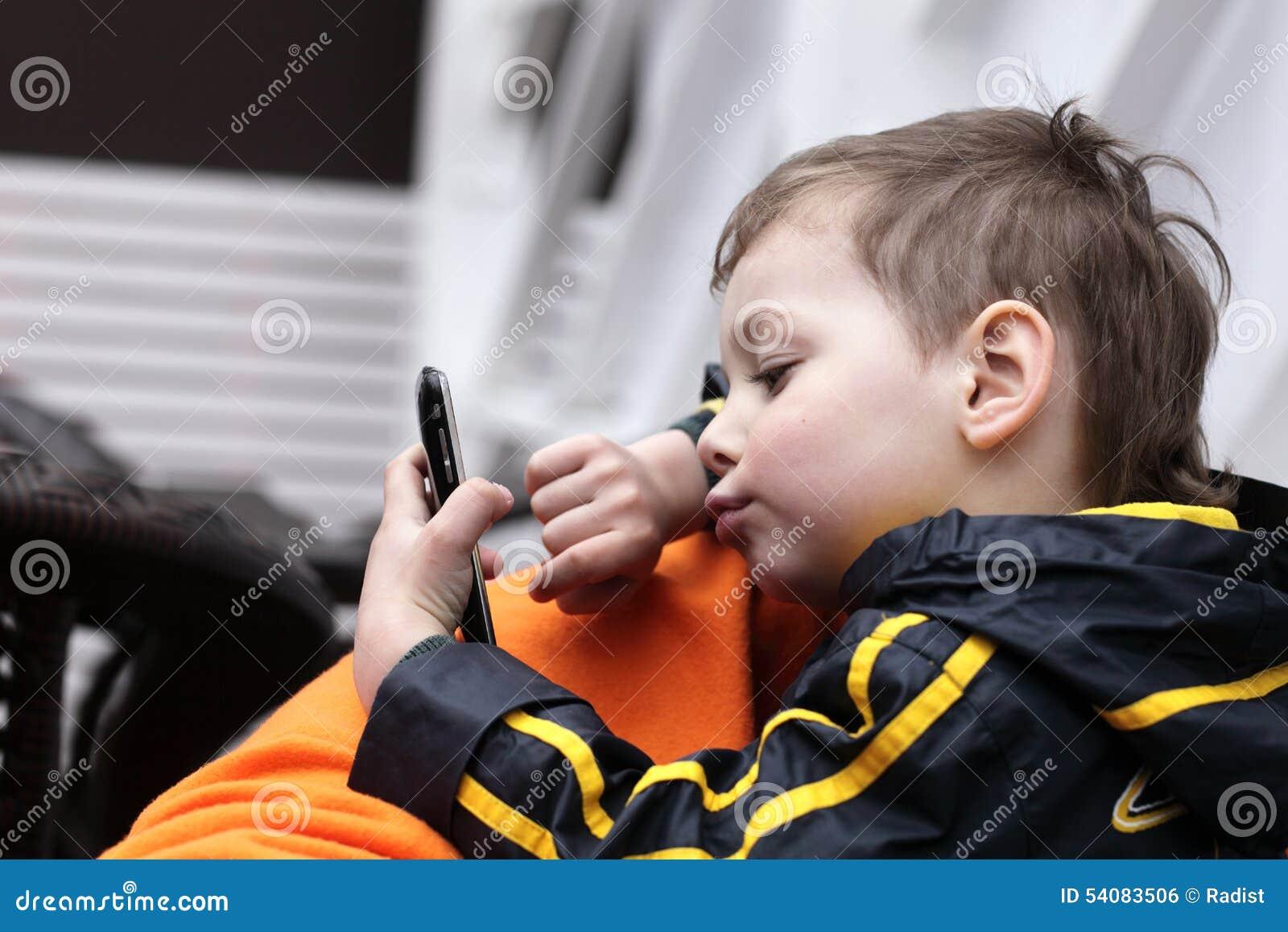 Jong geitje het spelen met smartphone