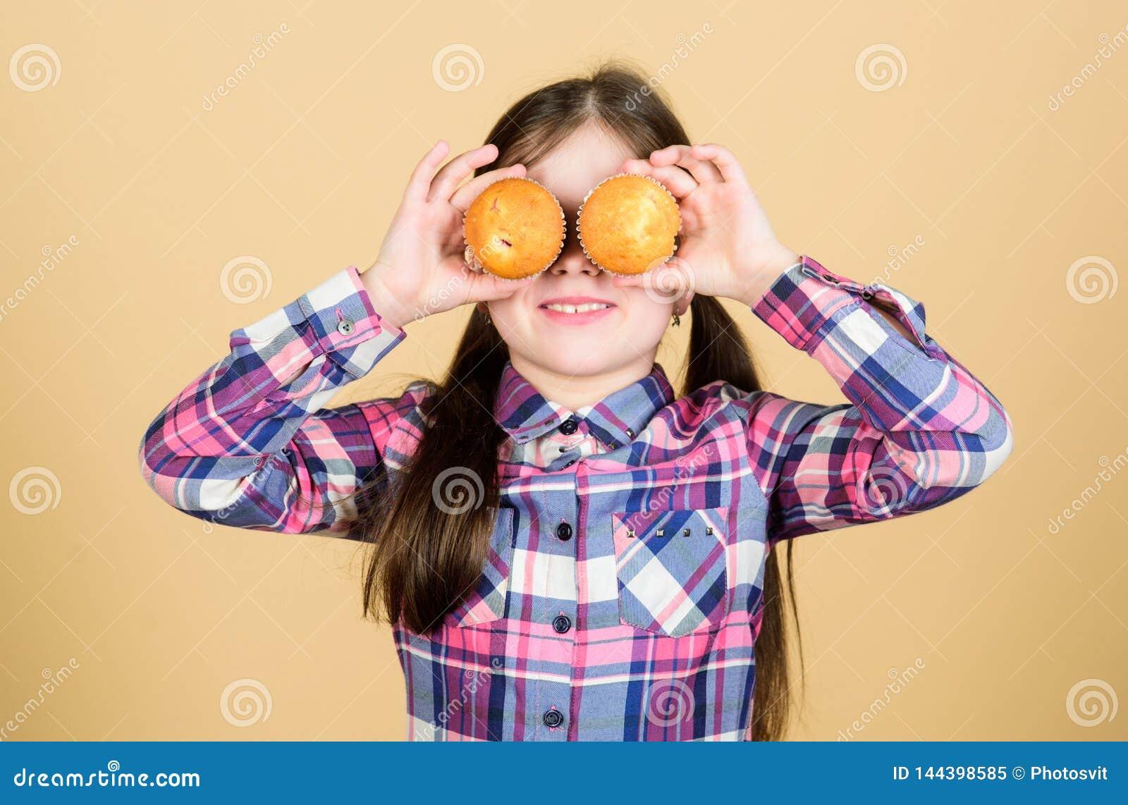 Jong geitje in liefde met muffins Geobsedeerd met eigengemaakt voedsel Dieet gezonde voeding en calorie Yummy muffins Leuk meisje