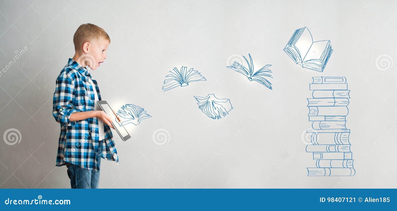 Jong geitje met tablet en digitale boeken