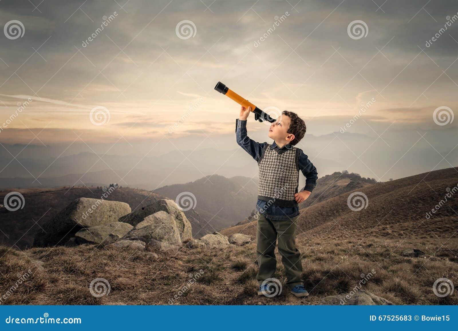 Jong geitje met telescoop