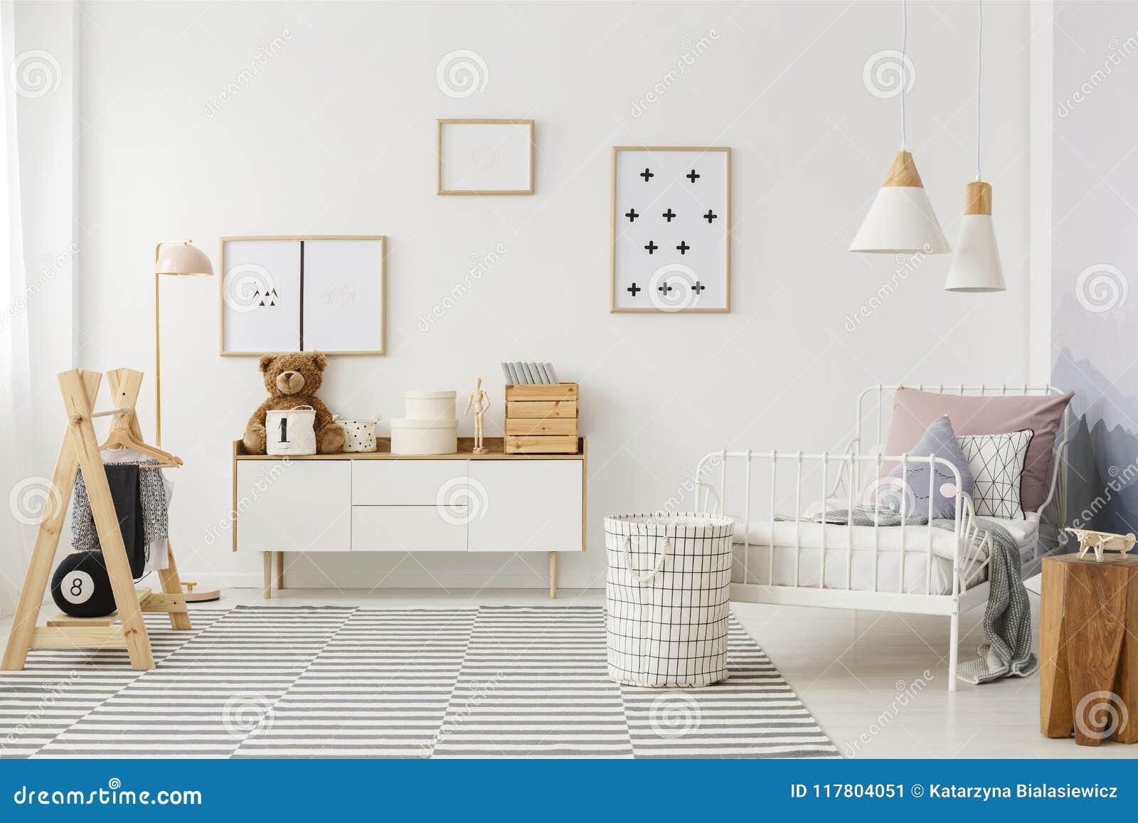 Design Slaapkamer Meubilair : Jong geitje` s slaapkamer met houten meubilair stock afbeelding