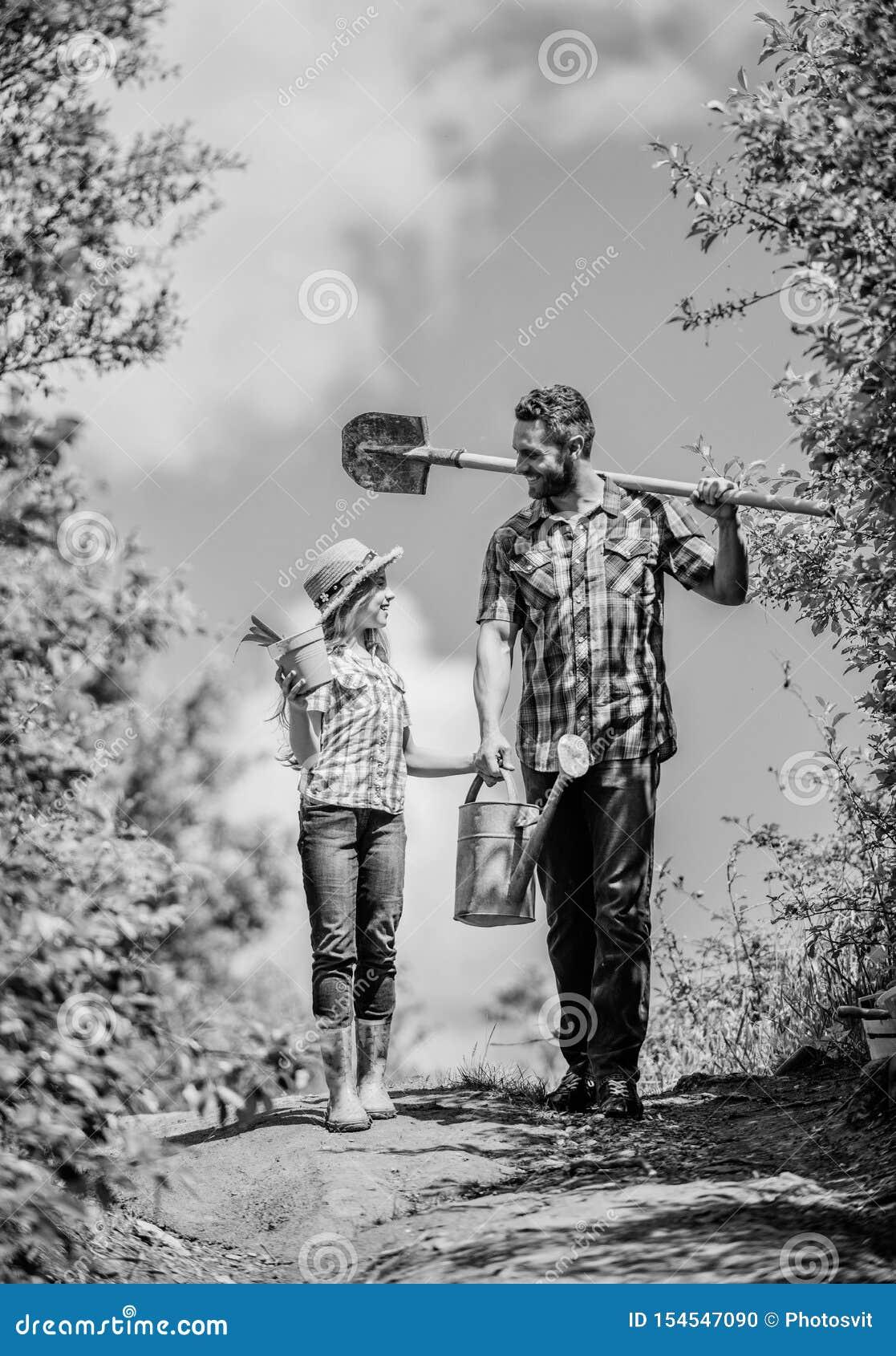 Jong geitjearbeider met de doos van de papagreep Familie het plakken het zijdorp van het de lenteland vader en dochter op rancho