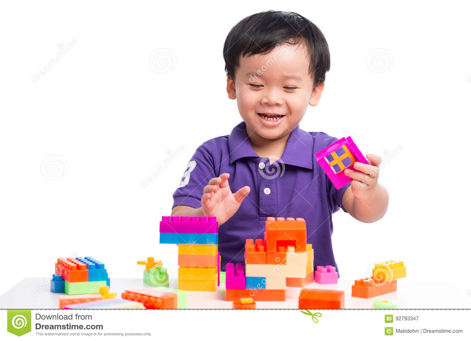 Jong geitjejongen het spelen met blokken van stuk speelgoed geïsoleerde aannemer