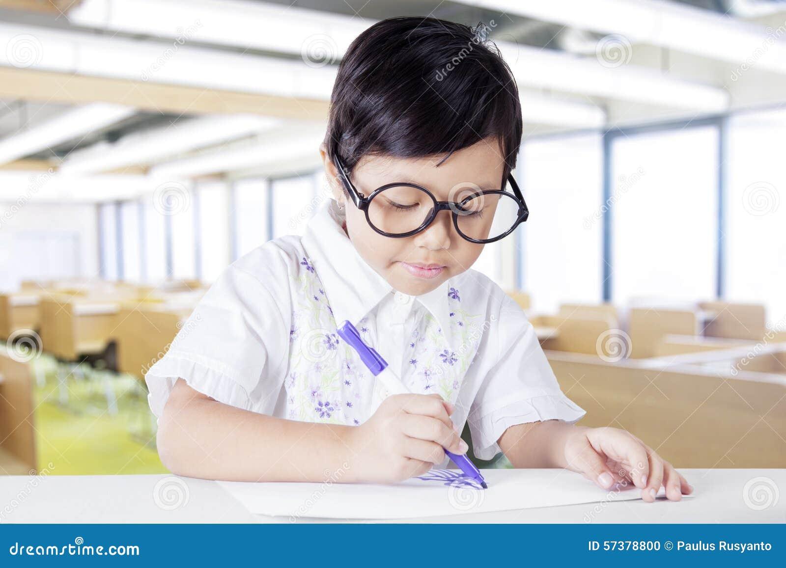 Jong geitjetekening in de klasse met teller en document