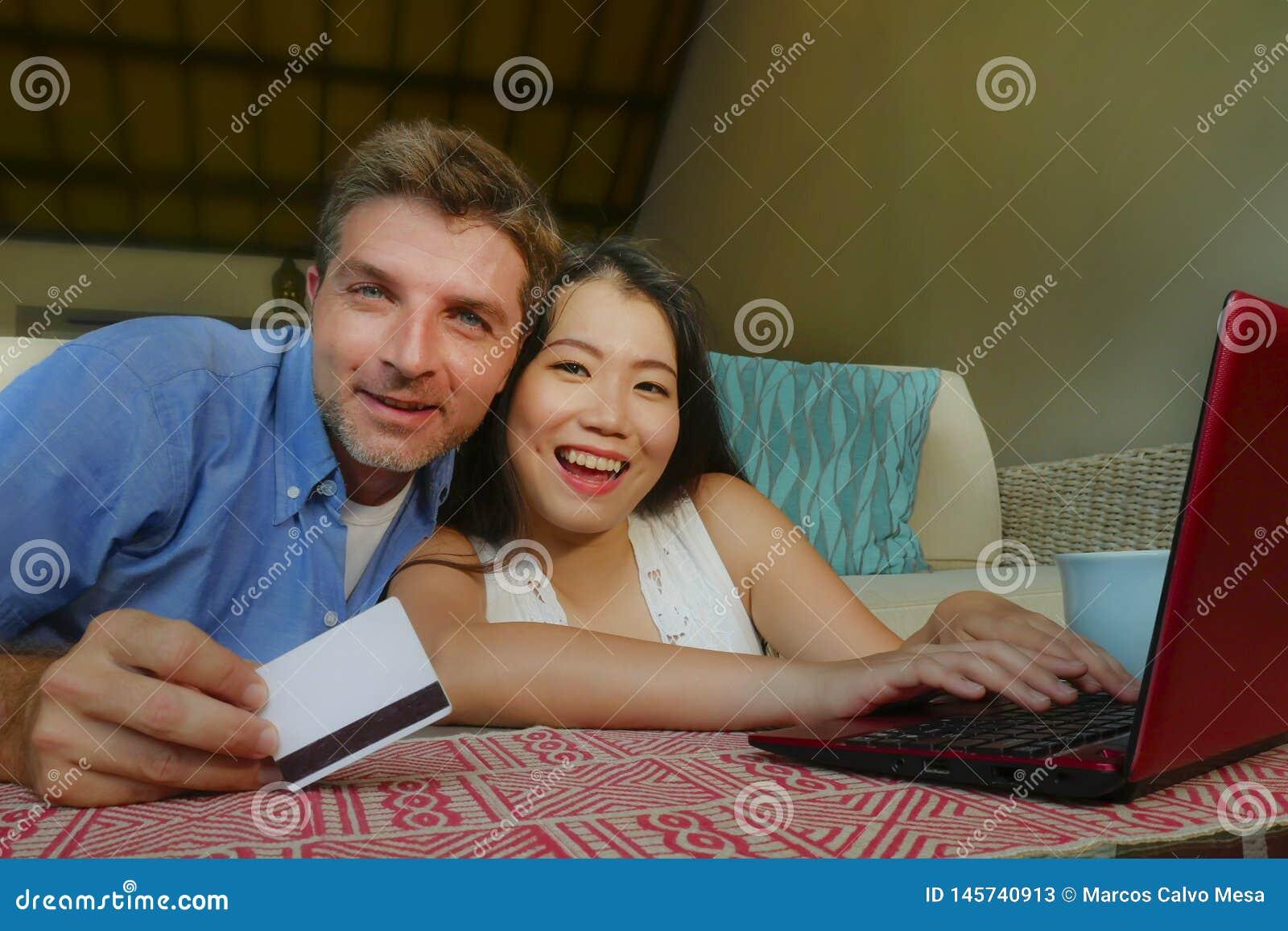 Jong gelukkig en mooi gemengd het behoren tot een bepaald raspaar met Kaukasische echtgenoot of vriend en Aziatisch Chinees vrouw