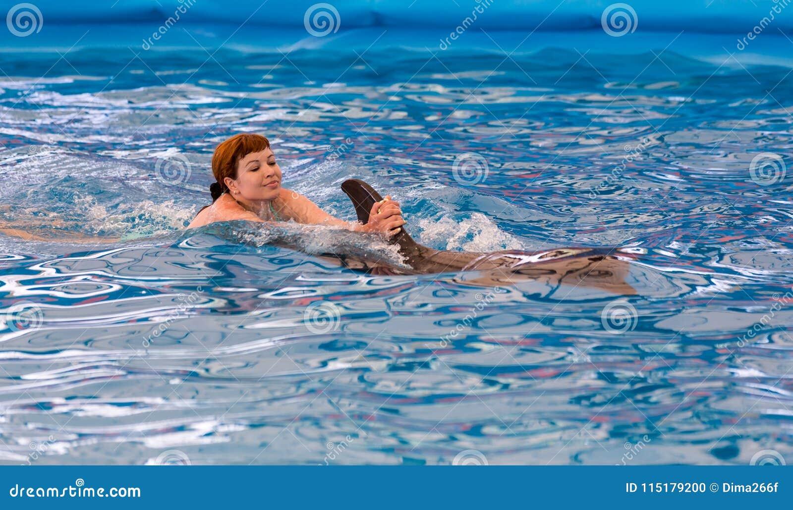 796dd7be1017f0 Jong Gelukkig Meisje Die Met Dolfijn Zwemmen Stock Foto - Afbeelding ...