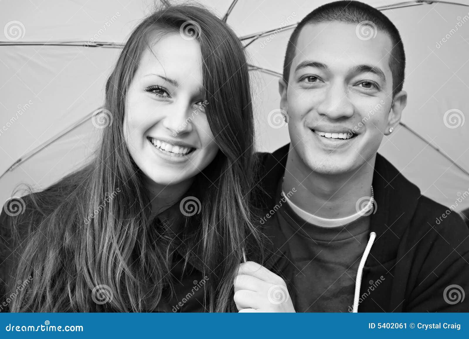 Jong gelukkig multi-racial aantrekkelijk paar