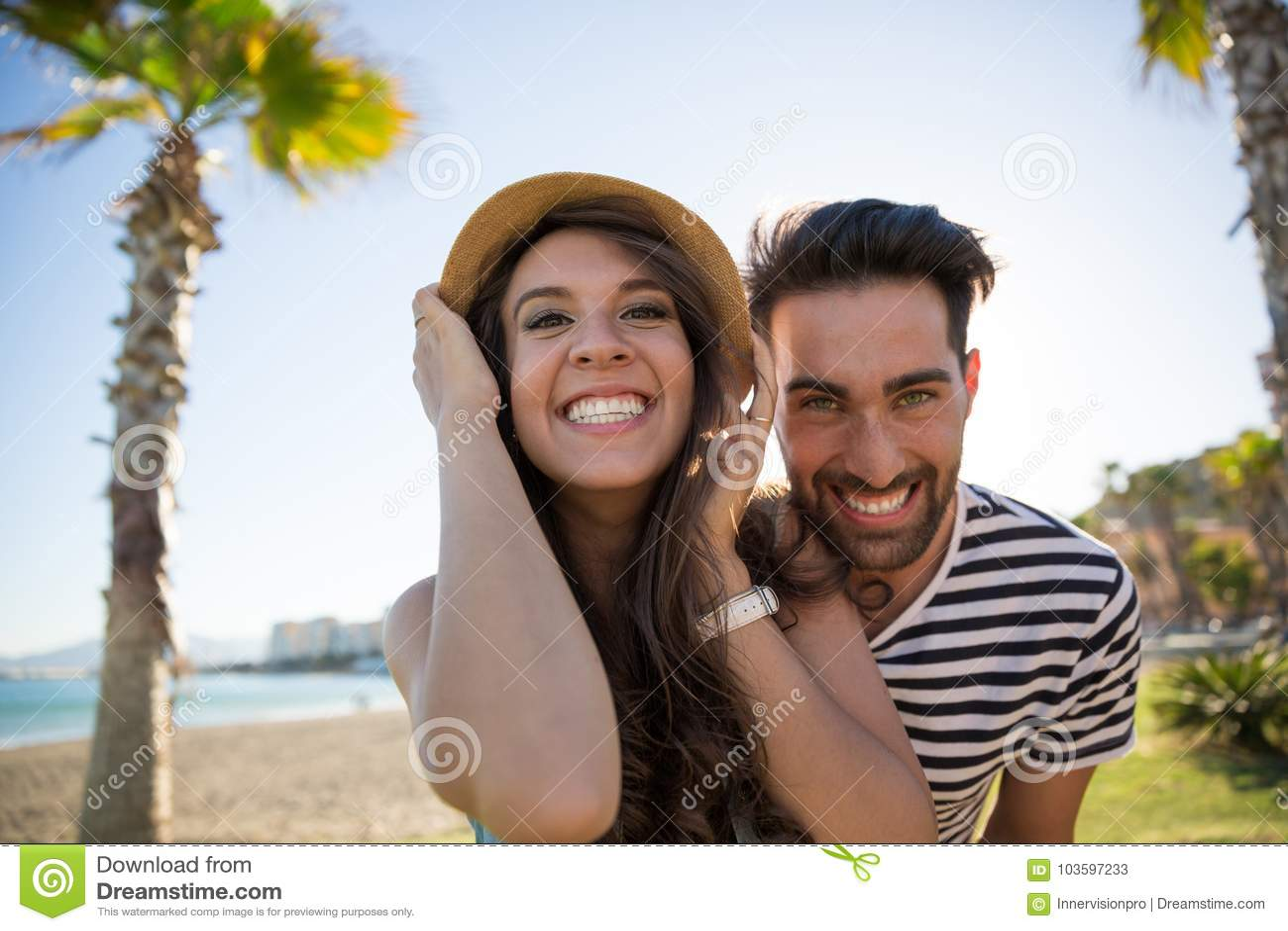 Jong gelukkig paar die buiten grijnzen