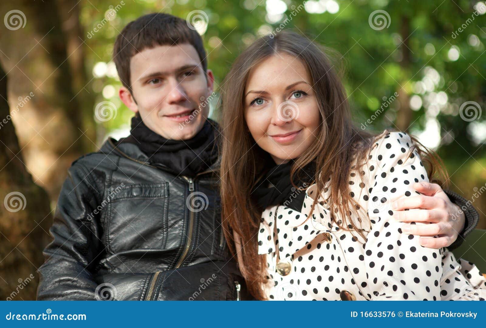 Jong gelukkig paar in openlucht