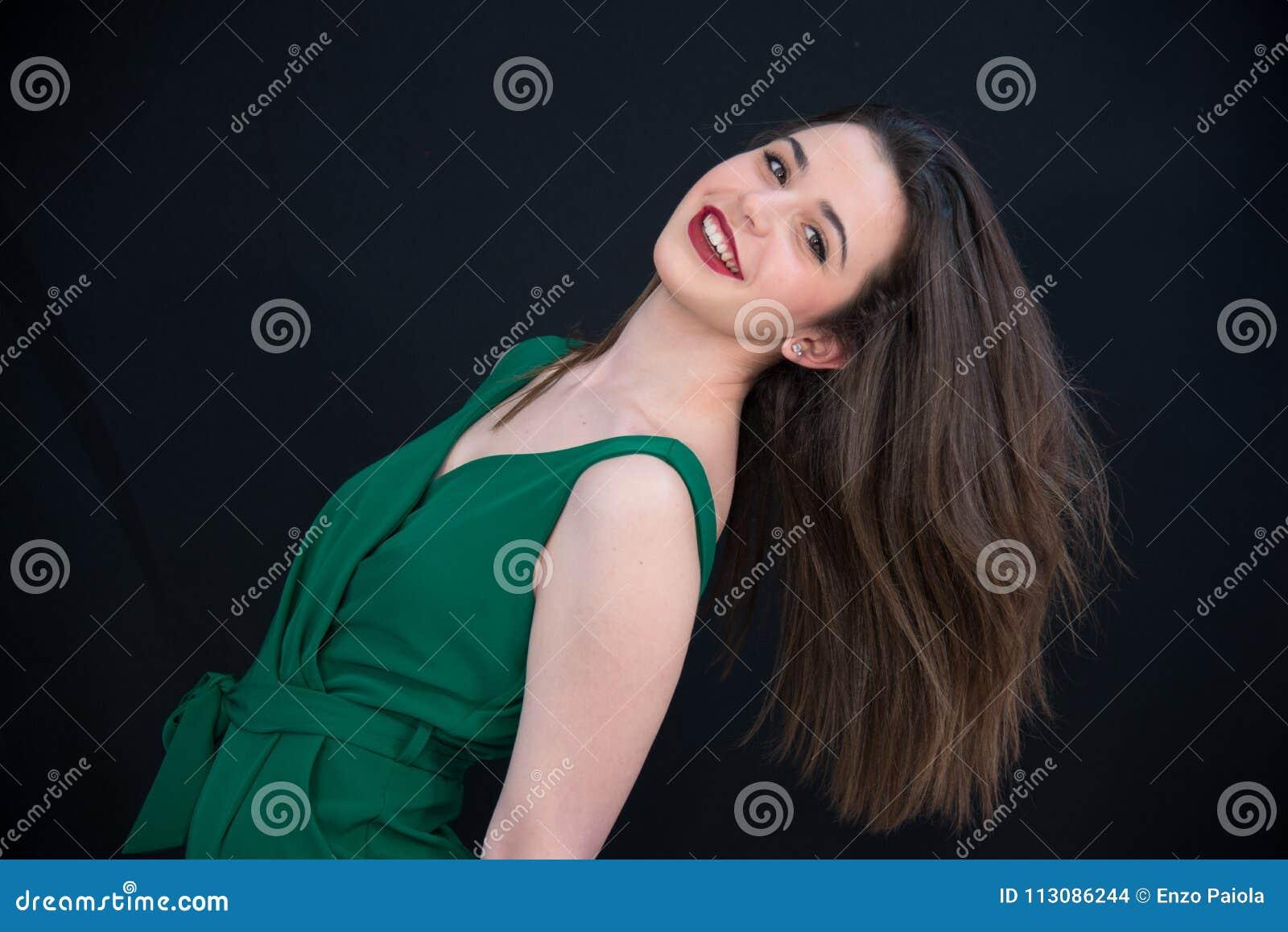 Jong glimlachend donkerbruin meisje met lang recht haar en Bourgondië