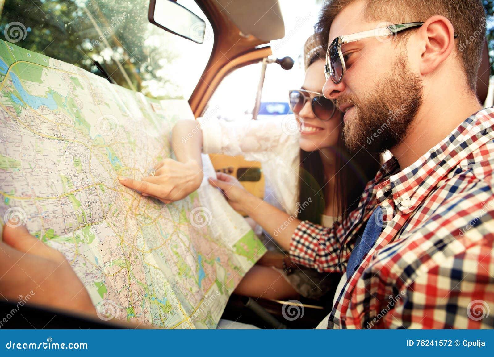 Jong houdend van paar die hun romantisch avontuur plannen