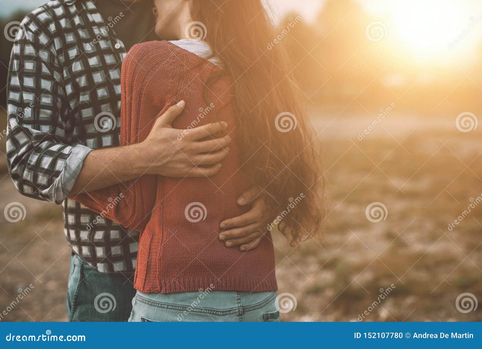 Jong houdend van paar die in openlucht koesteren