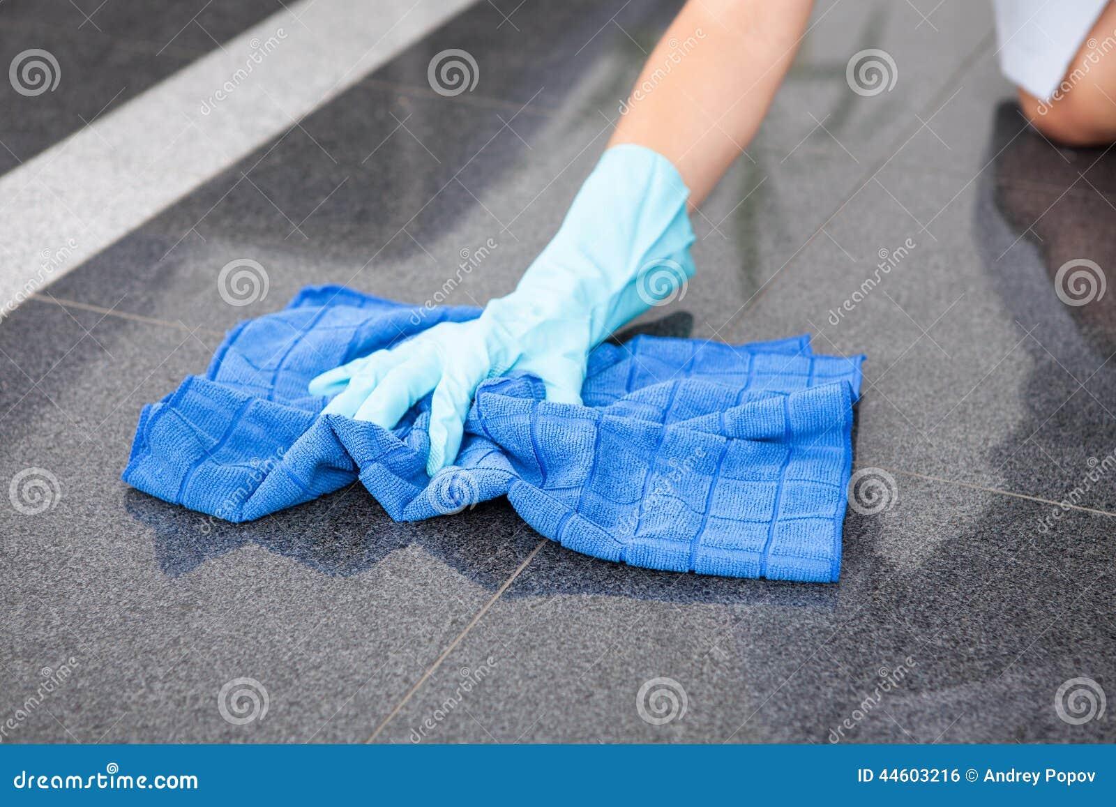 Jong Meisje Cleaning The Floor