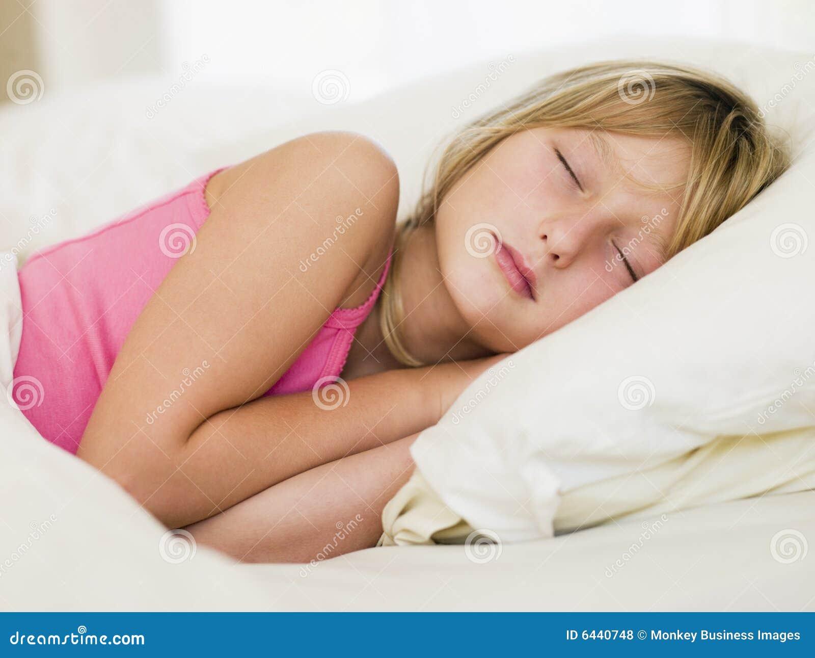 Jong meisje dat in haar bed ligt royalty vrije stock foto 39 s afbeelding 6440748 - Bed dat rangschikt ...