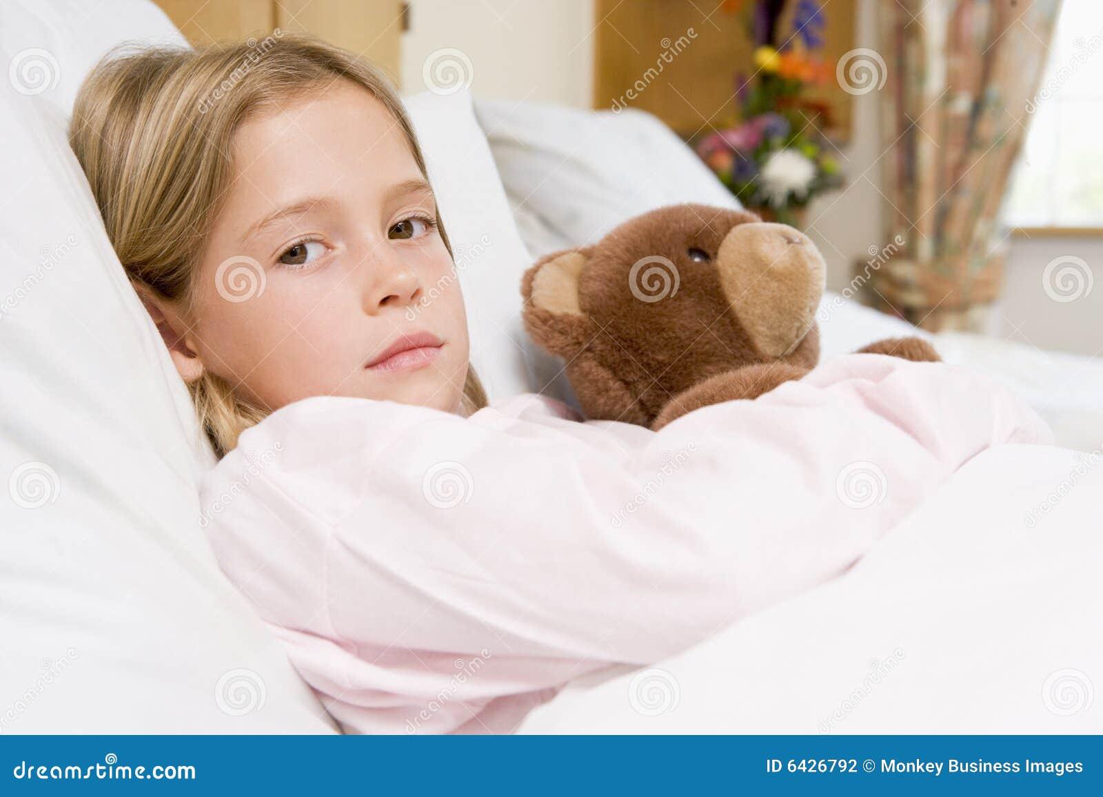 Jong meisje dat in het bed van het ziekenhuis met teddybeer ligt stock foto afbeelding 6426792 - Bed dat rangschikt ...