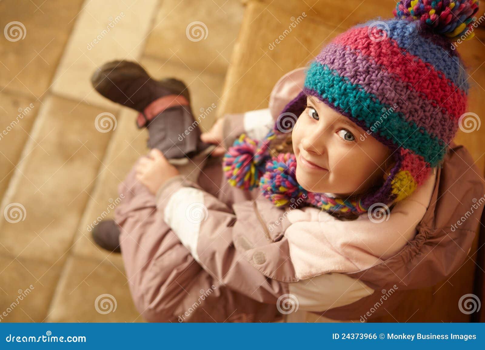 Jong Meisje dat op Laarzen zet