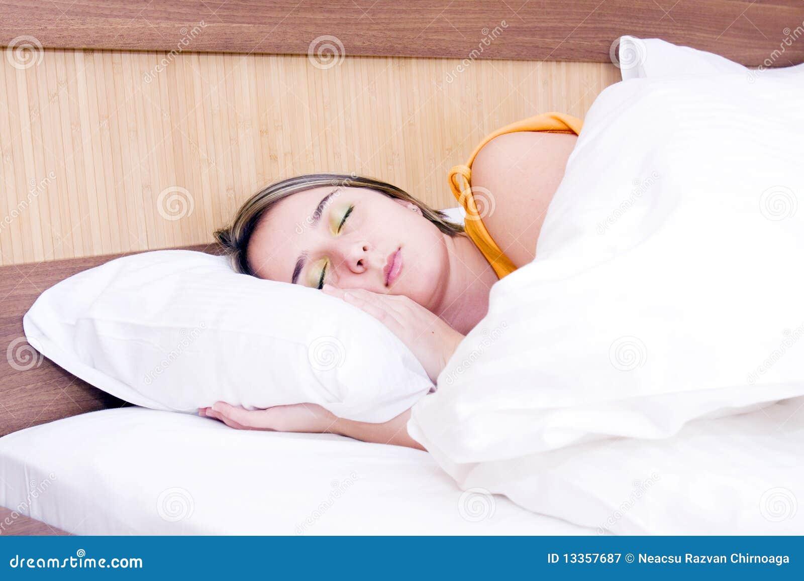 Jong meisje dat vreedzaam in haar bed slaapt stock afbeelding afbeelding 13357687 - Bed dat gelederen ...