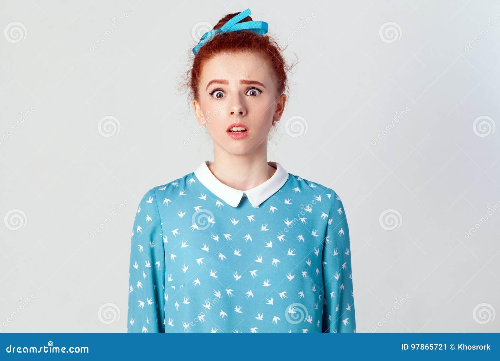 Jong meisje die de camera met geschokte die uitdrukking bekijken, wijd open mond, met onverwacht nieuws wordt verrast
