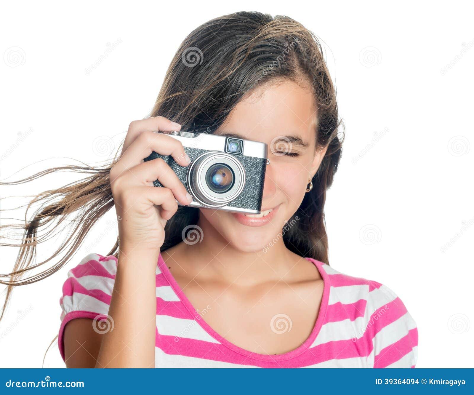 Jong meisje die een compacte camera met behulp van