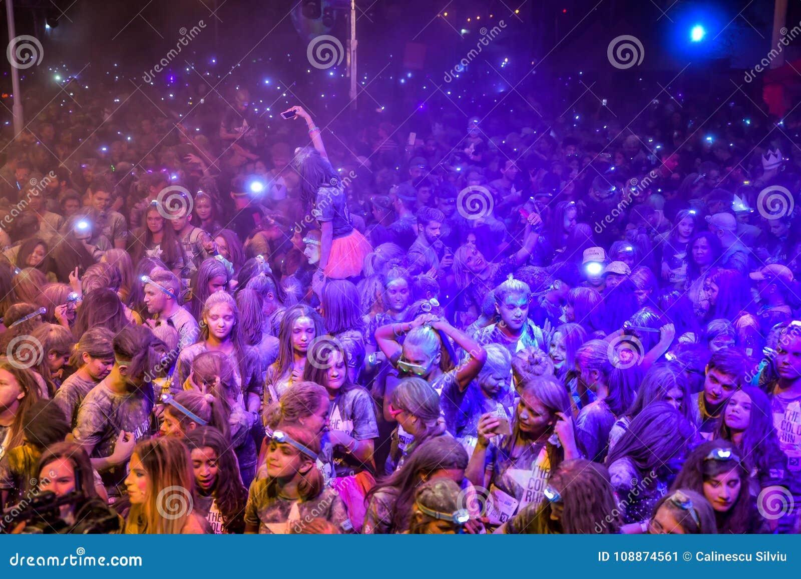 Jong meisje die haar selfie van de menigte maken bij een straatpartij
