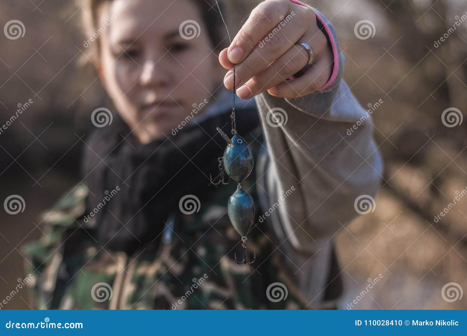 Jong meisje die met hengel op de rivier vissen