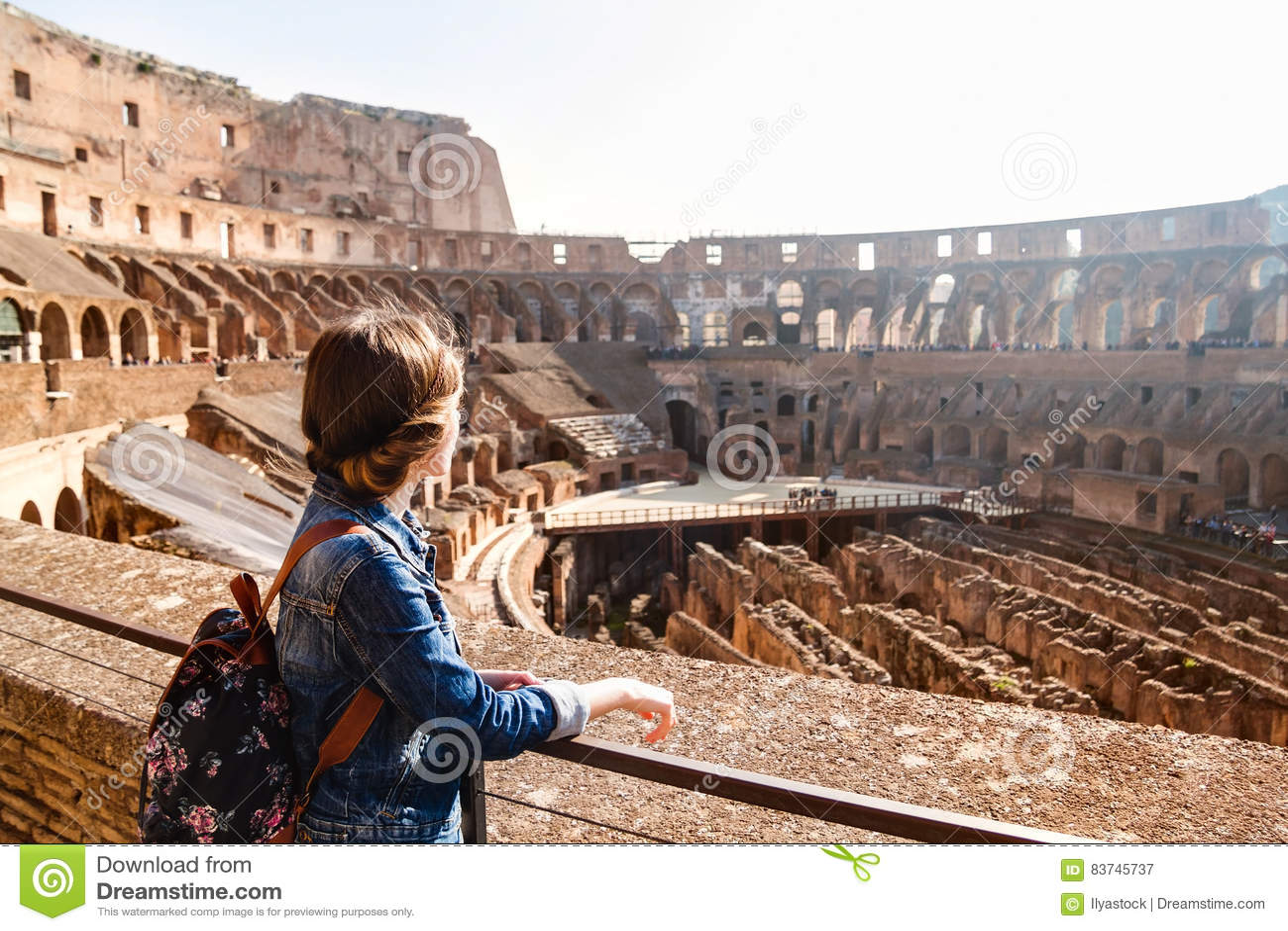 Jong meisje die met rugzak binnen Coliseum onderzoeken