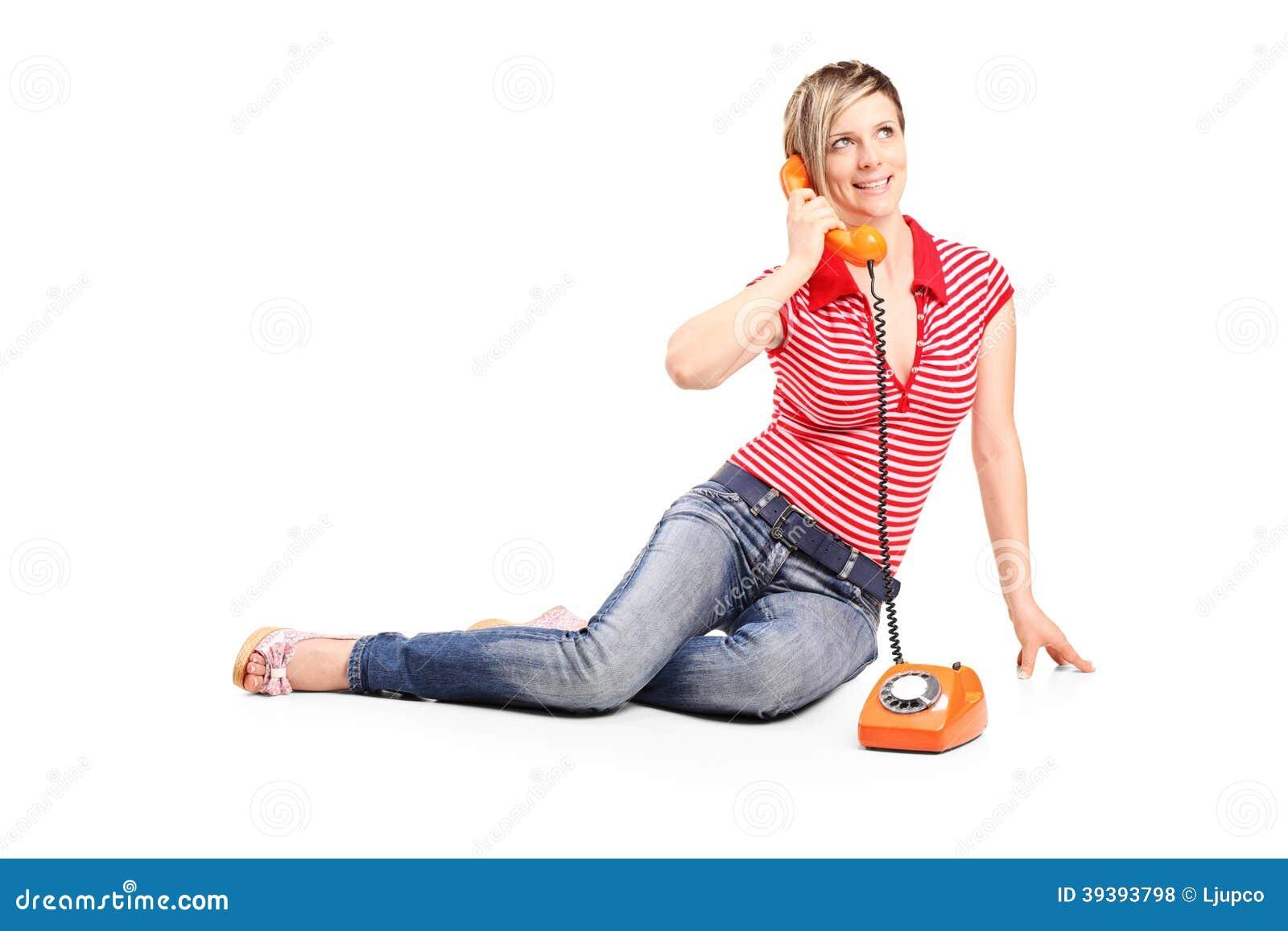 Jong meisje die op een uitstekende telefoon spreken
