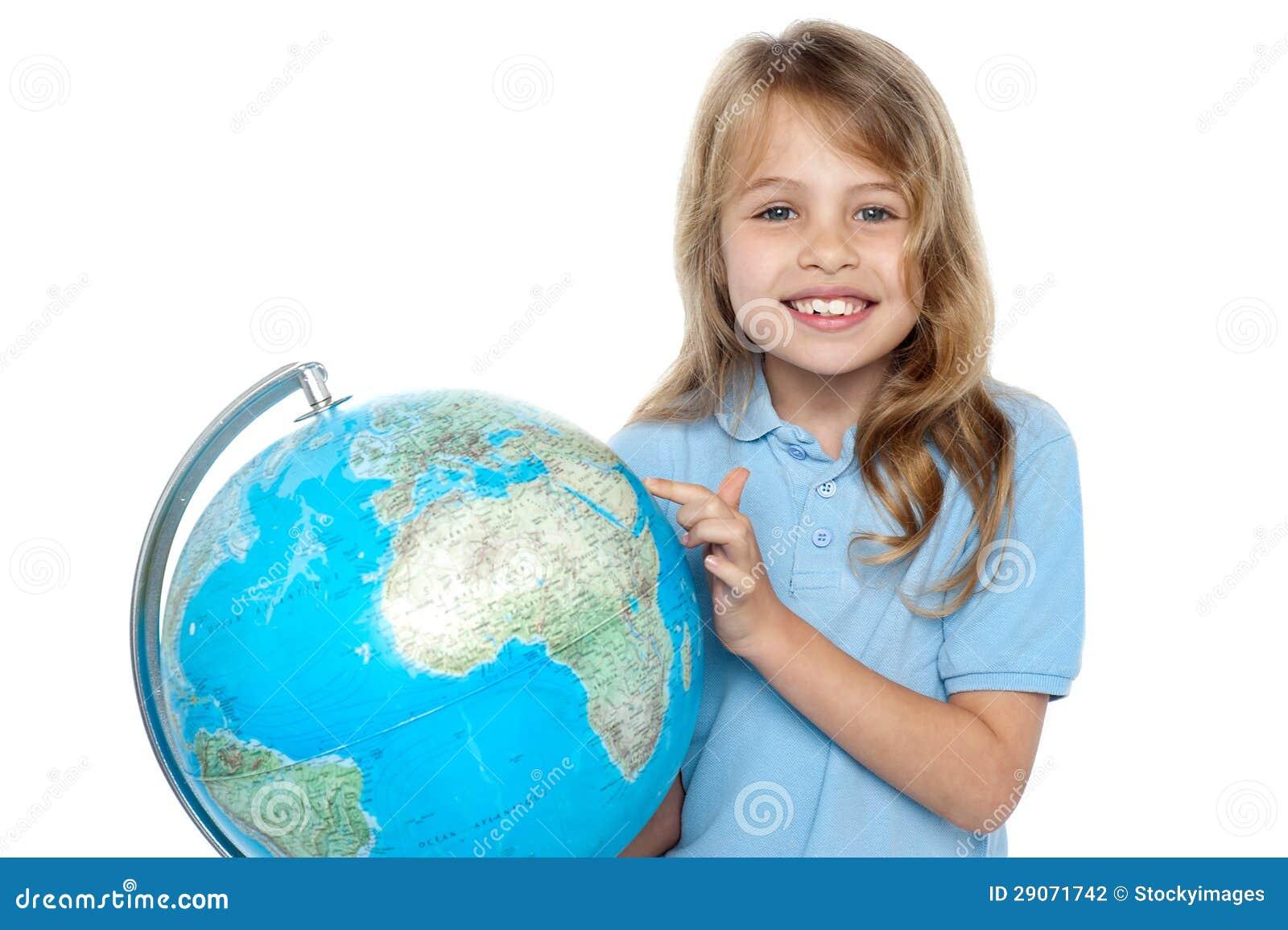 Jong meisje die vakantiebestemming over bol selecteren