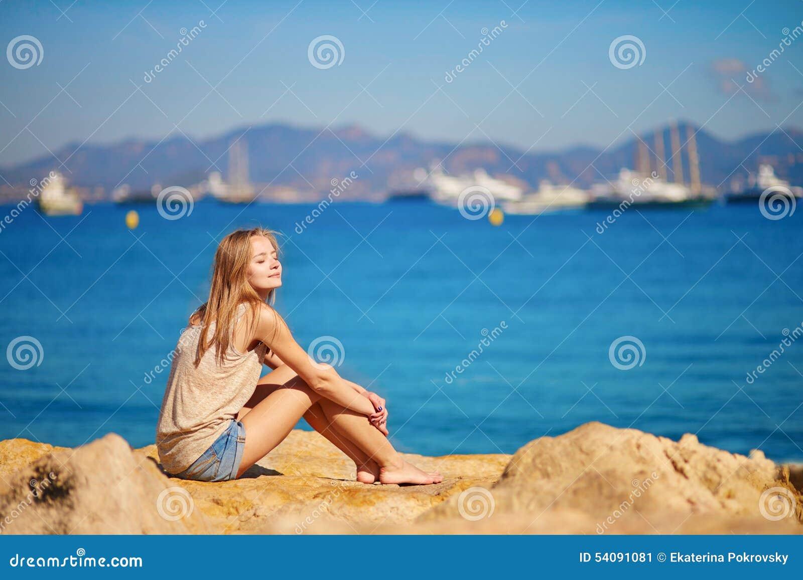Jong meisje die van haar vakantie genieten door het overzees