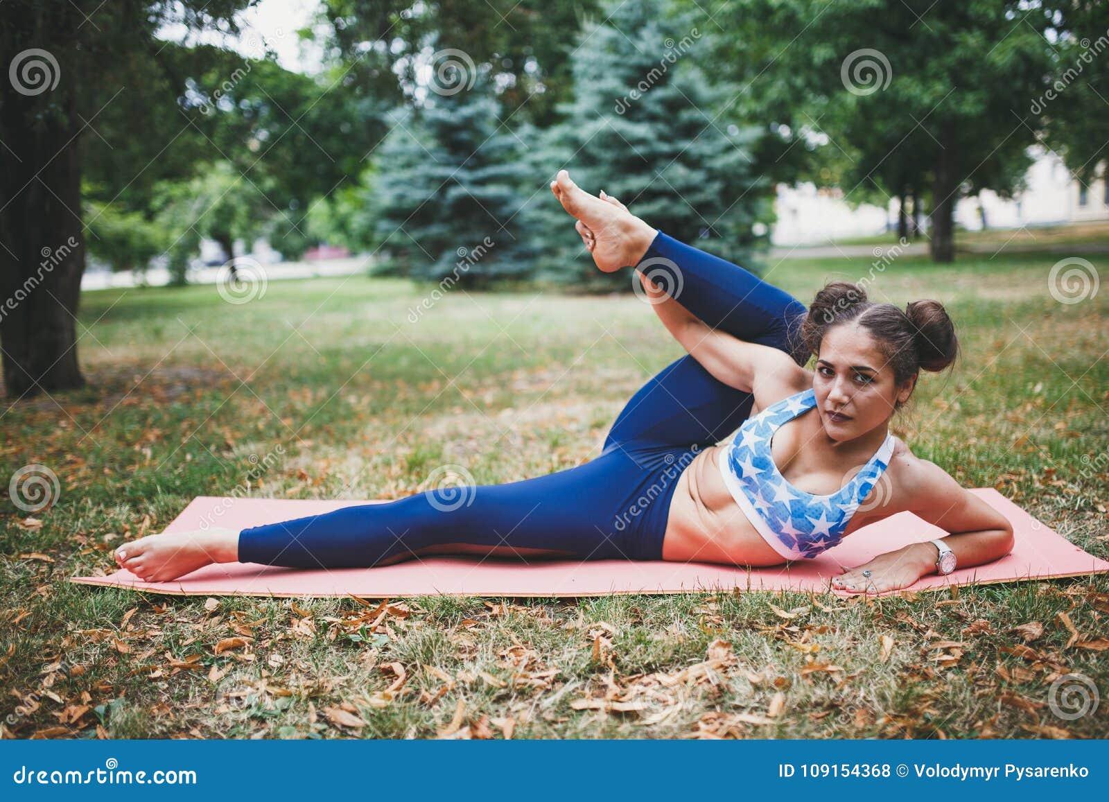 Jong meisje die yogaoefening in openlucht doen