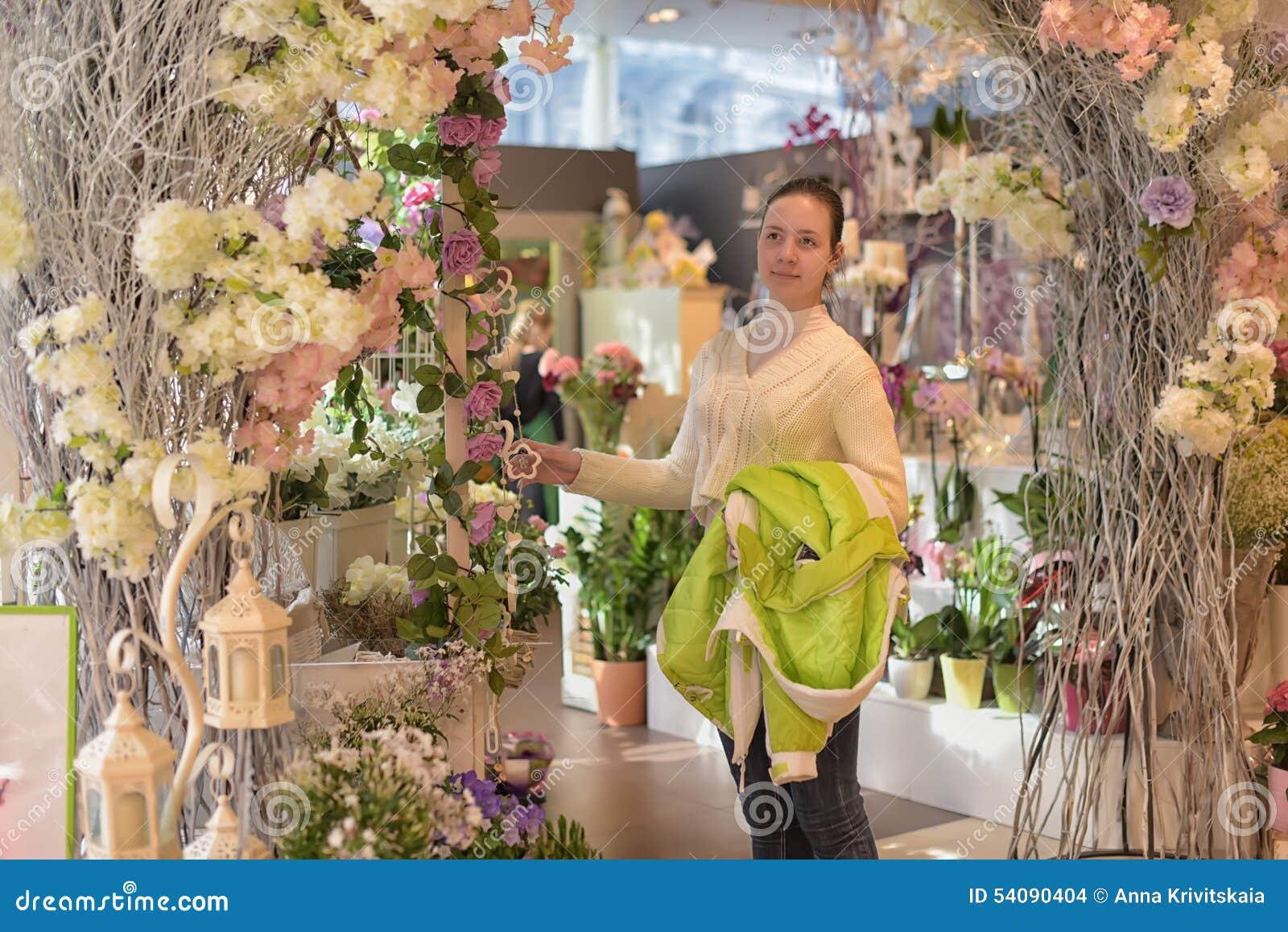 Jong meisje in een bloemwinkel