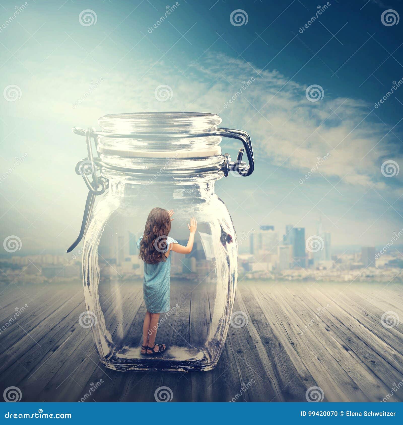 Jong meisje in een glaskruik