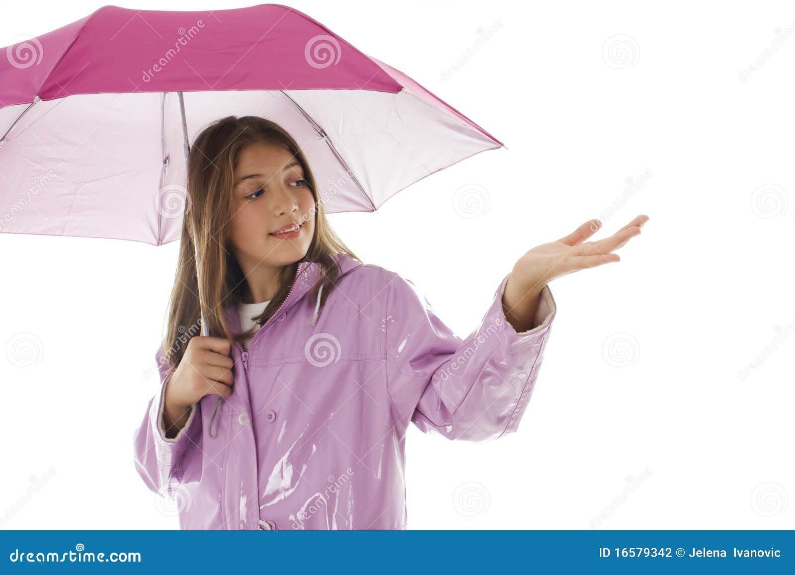 Jong meisje in een regenjas en holding een paraplu