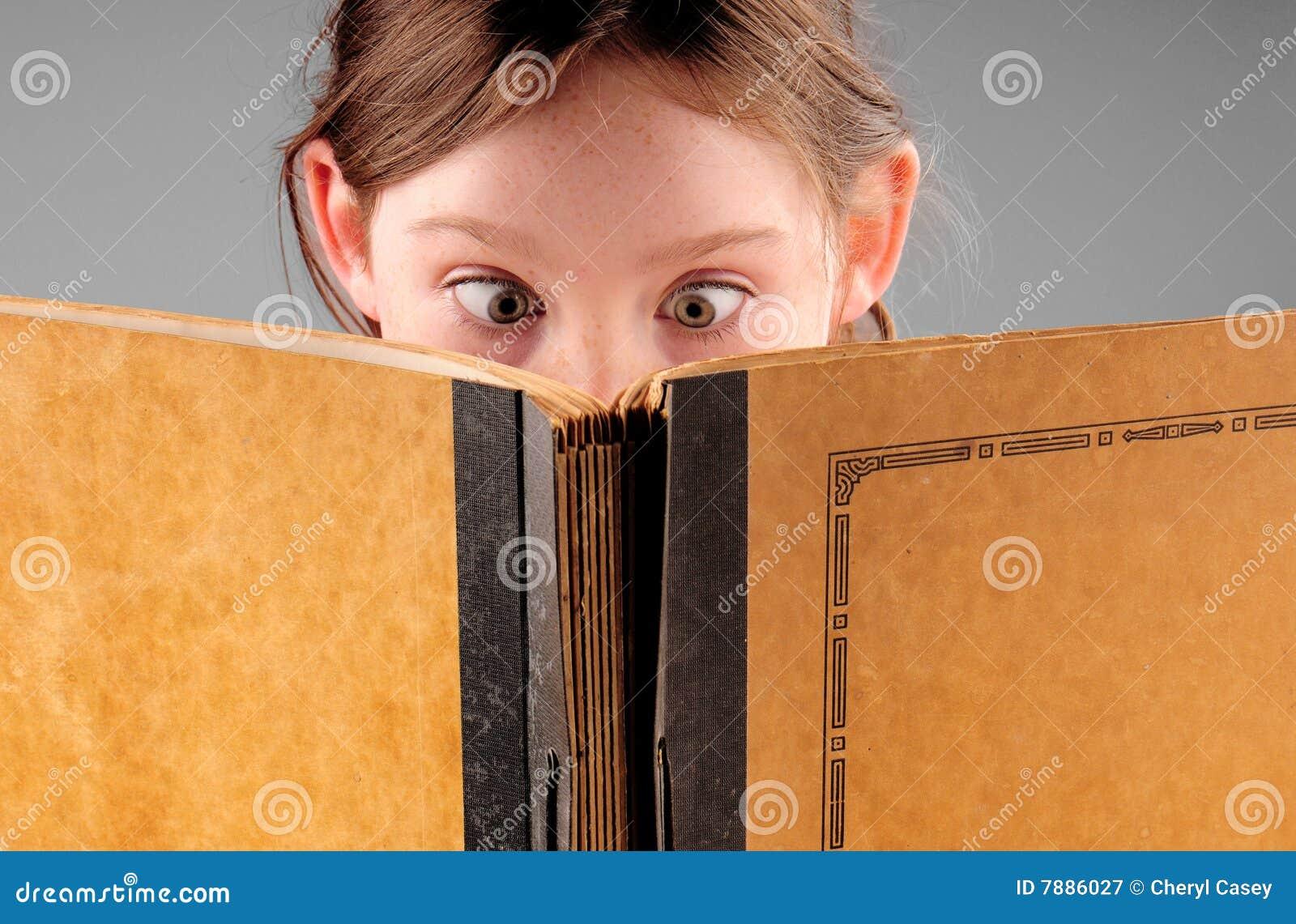 Jong meisje en boek