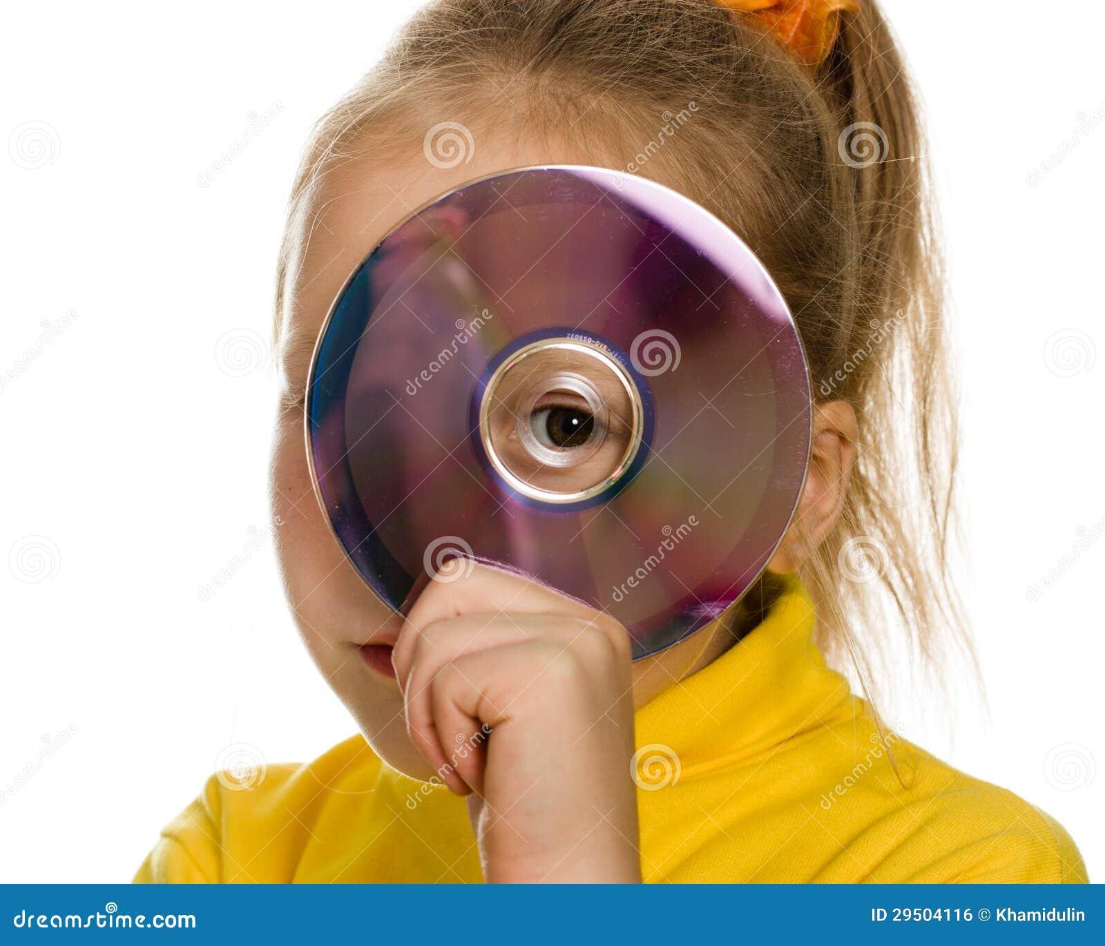 Jong meisje met een compact disc