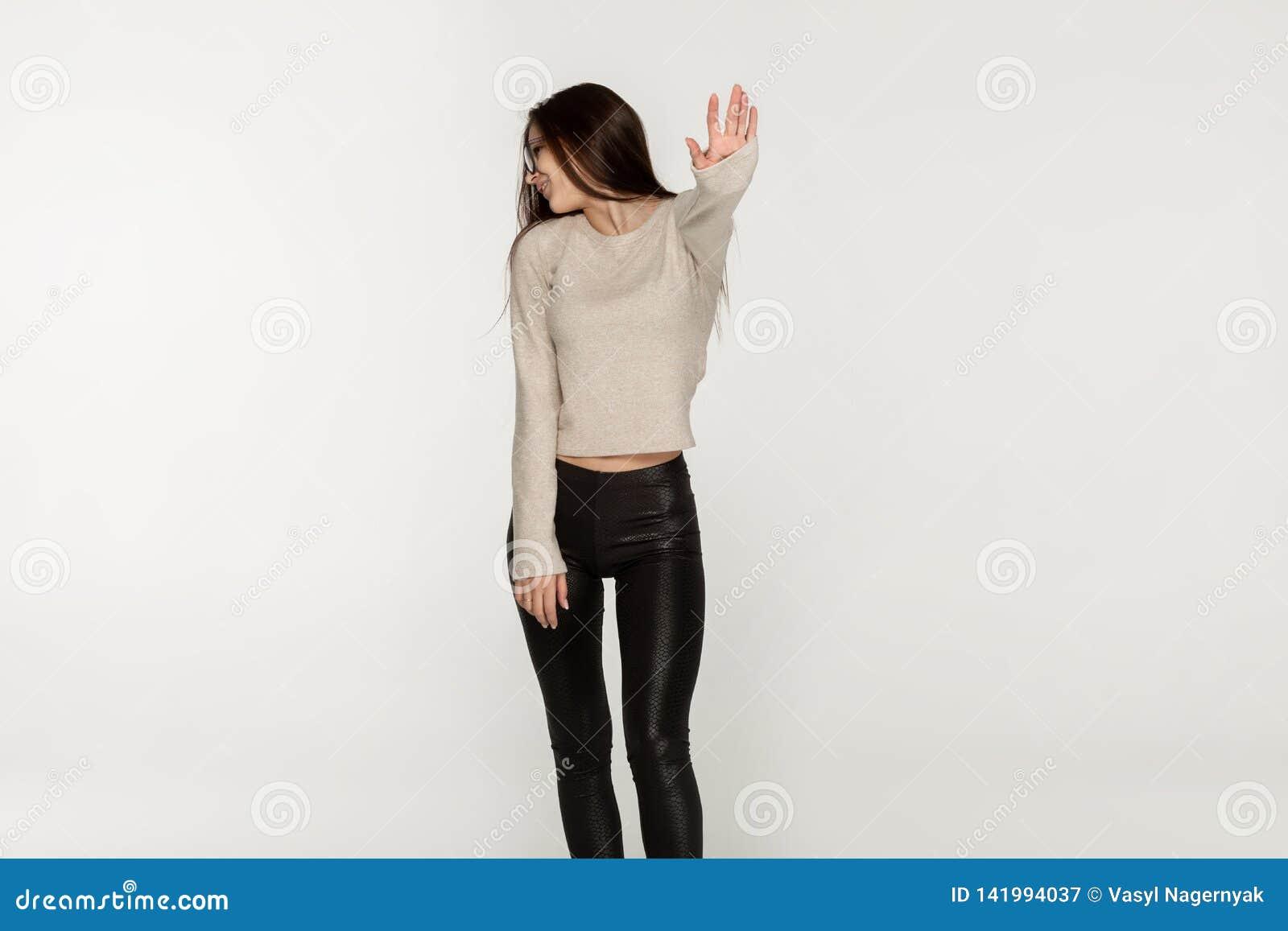Jong meisje met lang donkerbruin meisje in zwarte beenkappen
