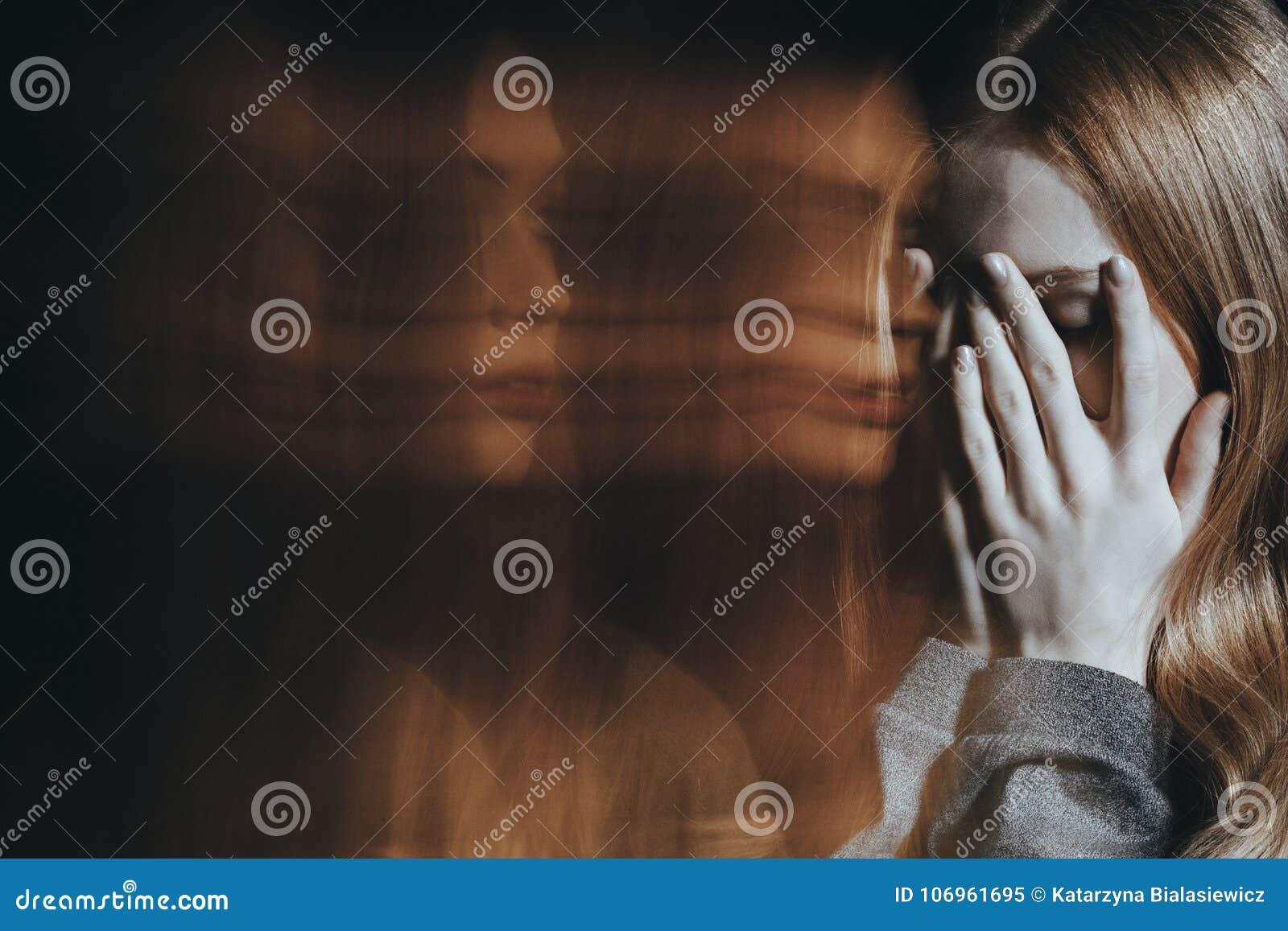 Jong meisje met schizofrenie het schreeuwen