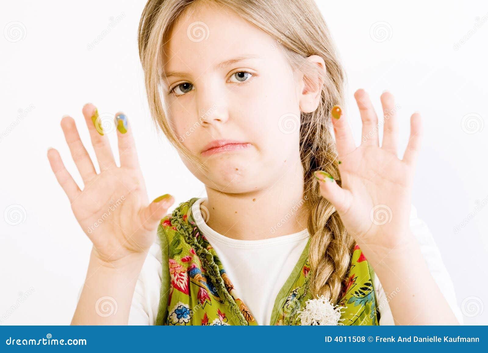 Jong meisje met verf op handen