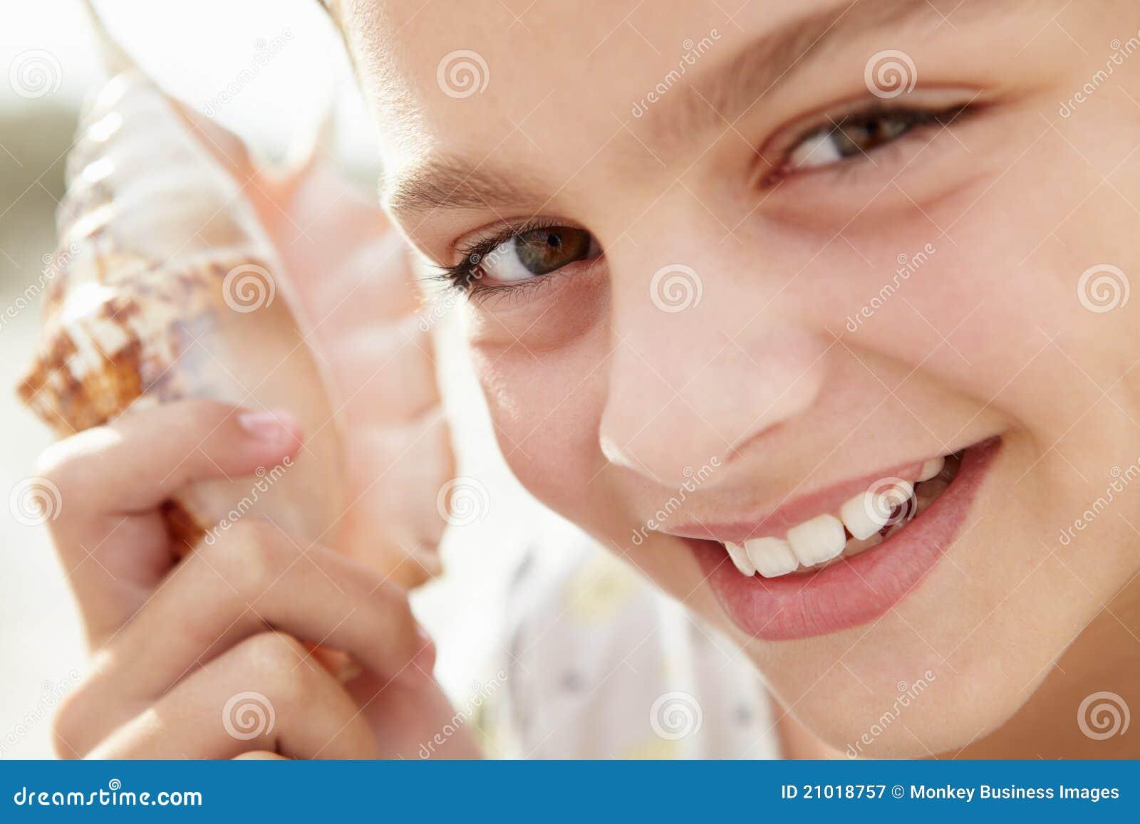 Jong meisje met zeeschelp