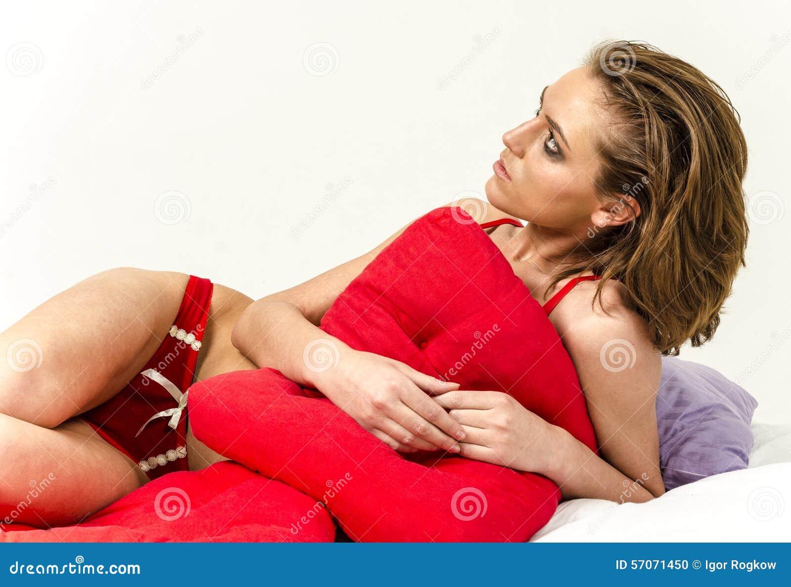 Jong meisje in ondergoed in bed schreeuwen en afvegende scheuren die haar handen smeren