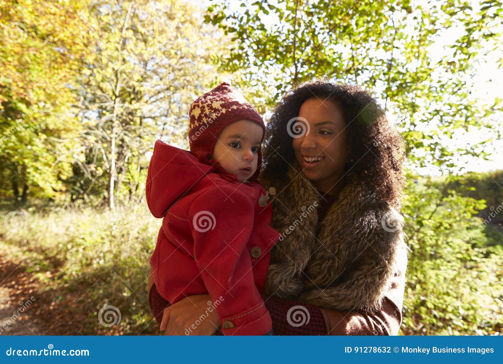 Jong Meisje op Autumn Walk With Mother