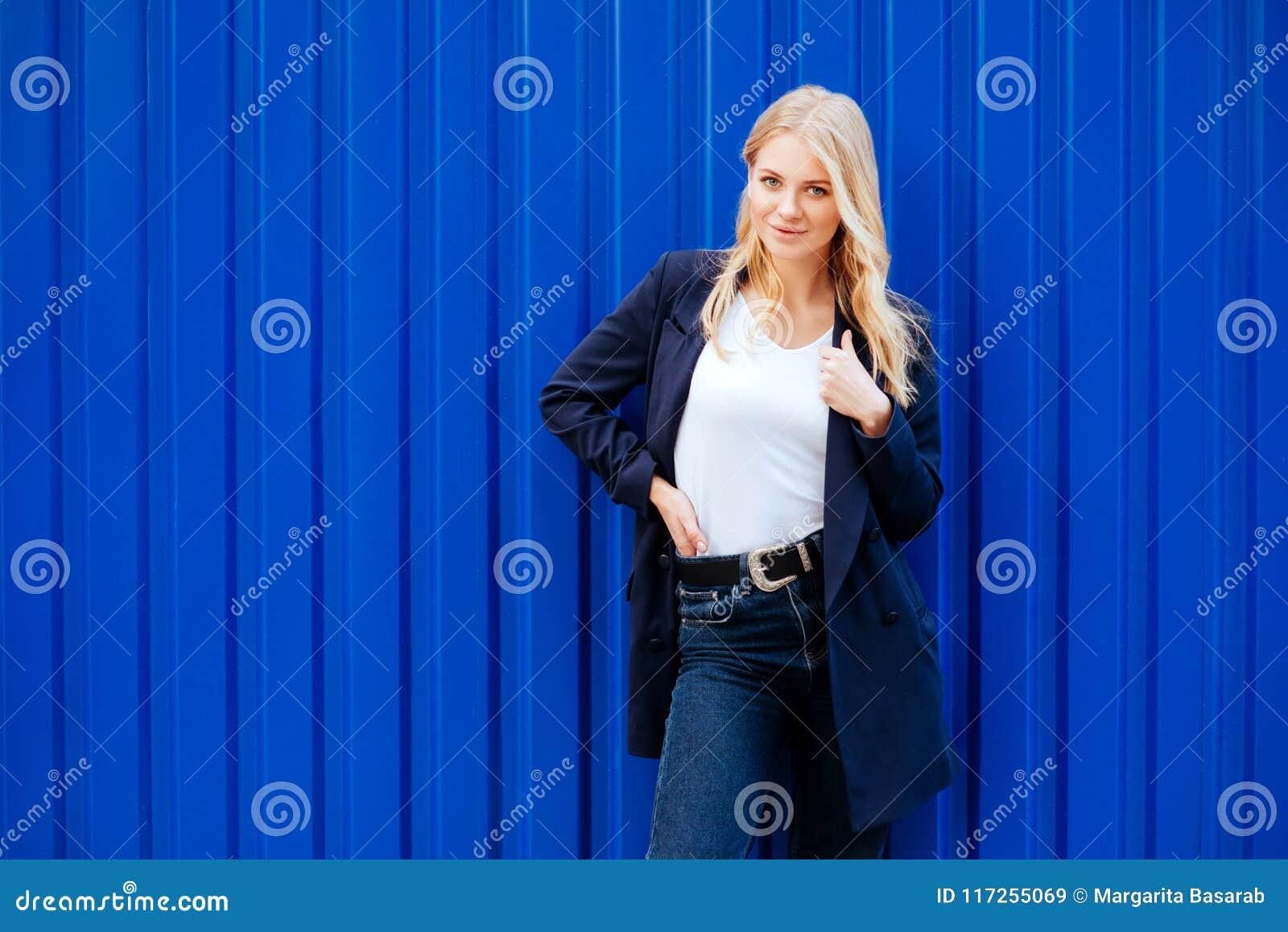 Jong meisje op blauwe achtergrond