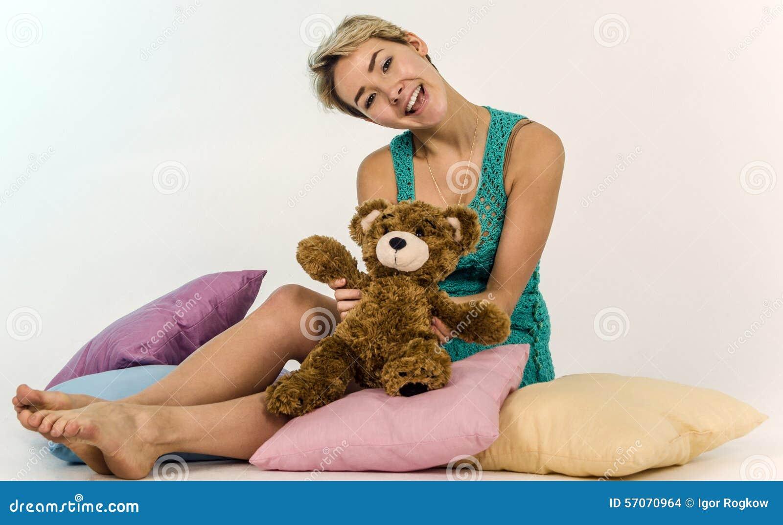 Jong meisje op een bed met een teddybeer