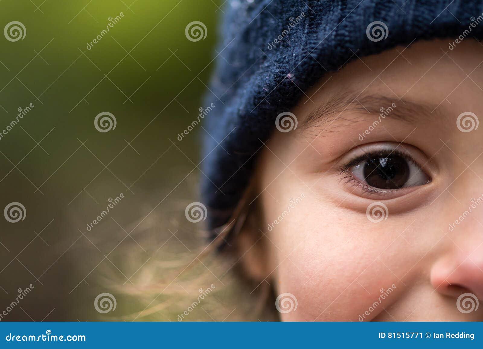 Jong meisje in warme blauwe wolhoed