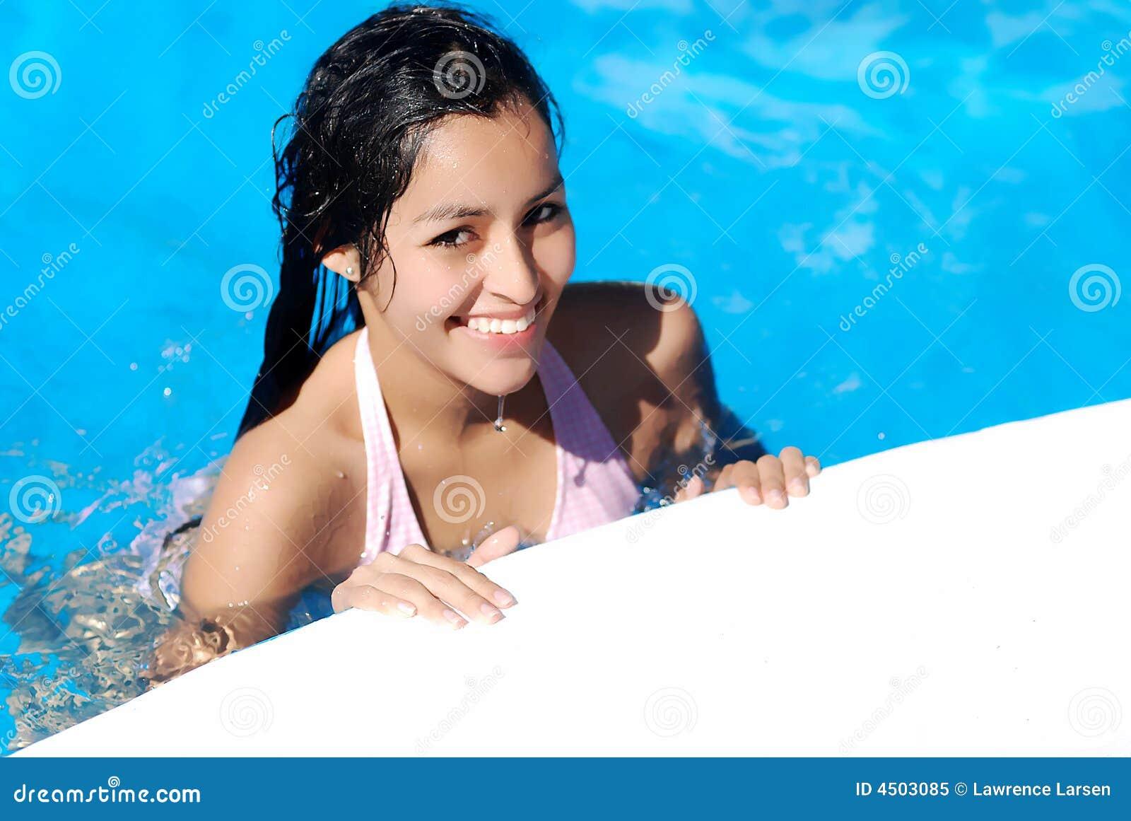 Jong meisje in zwembad