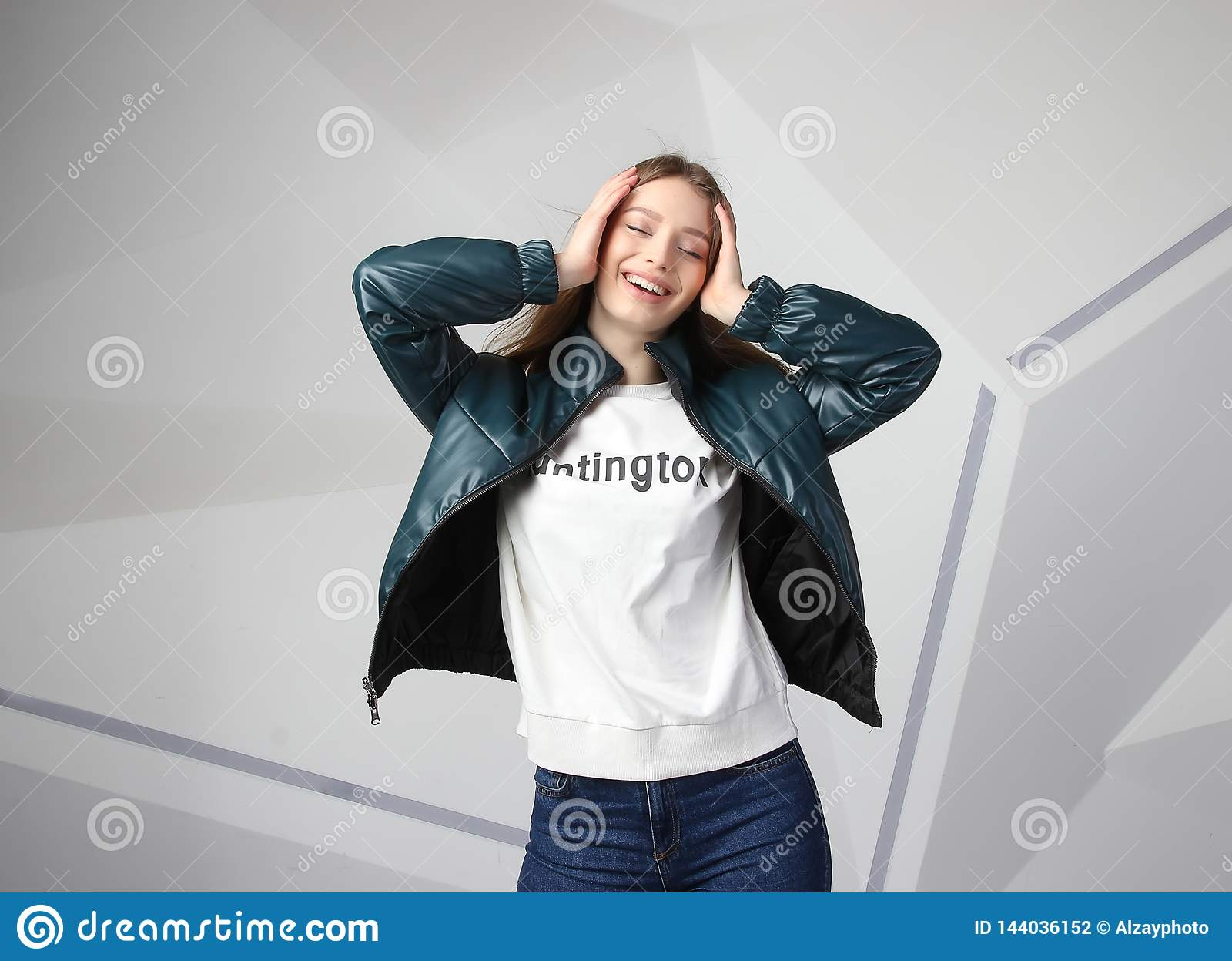 Jong meisjesmeisje die jasje met gebied voor uw embleem dragen, prototype van witte vrouwen hoodie