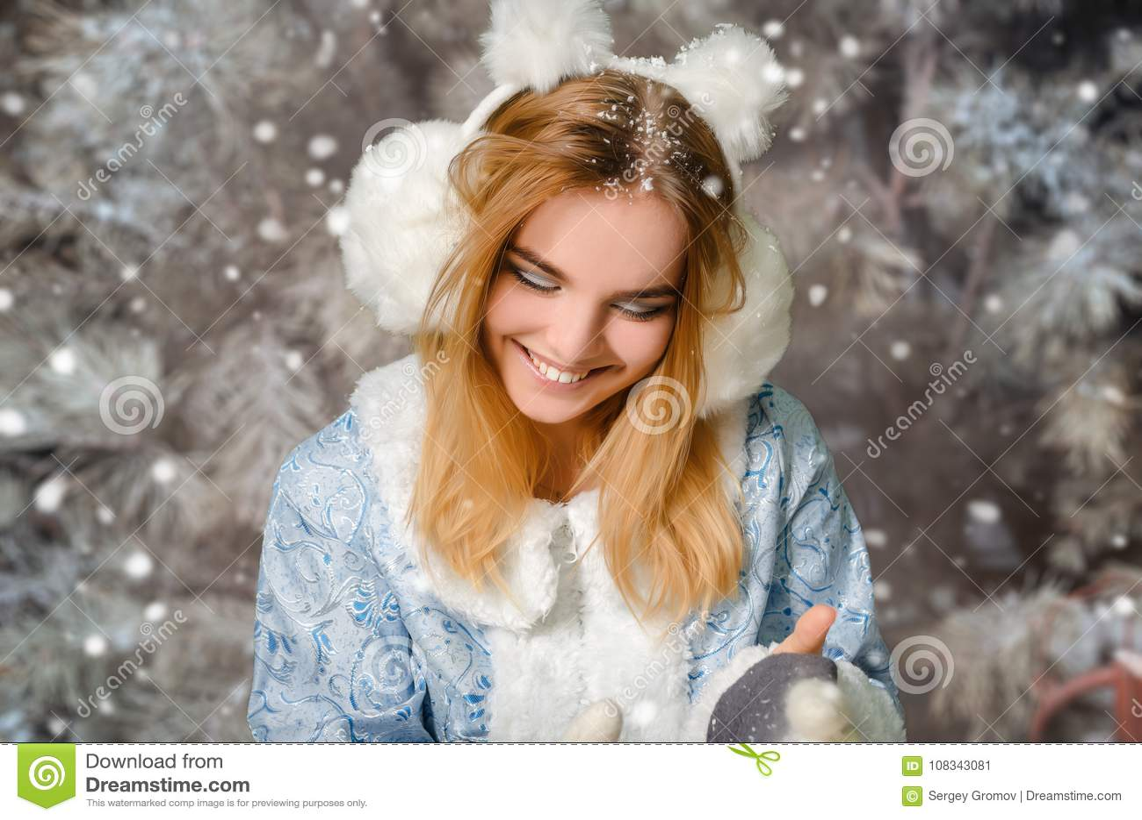 Jong mooi het glimlachen meisjesportret in de winter sneeuwbos