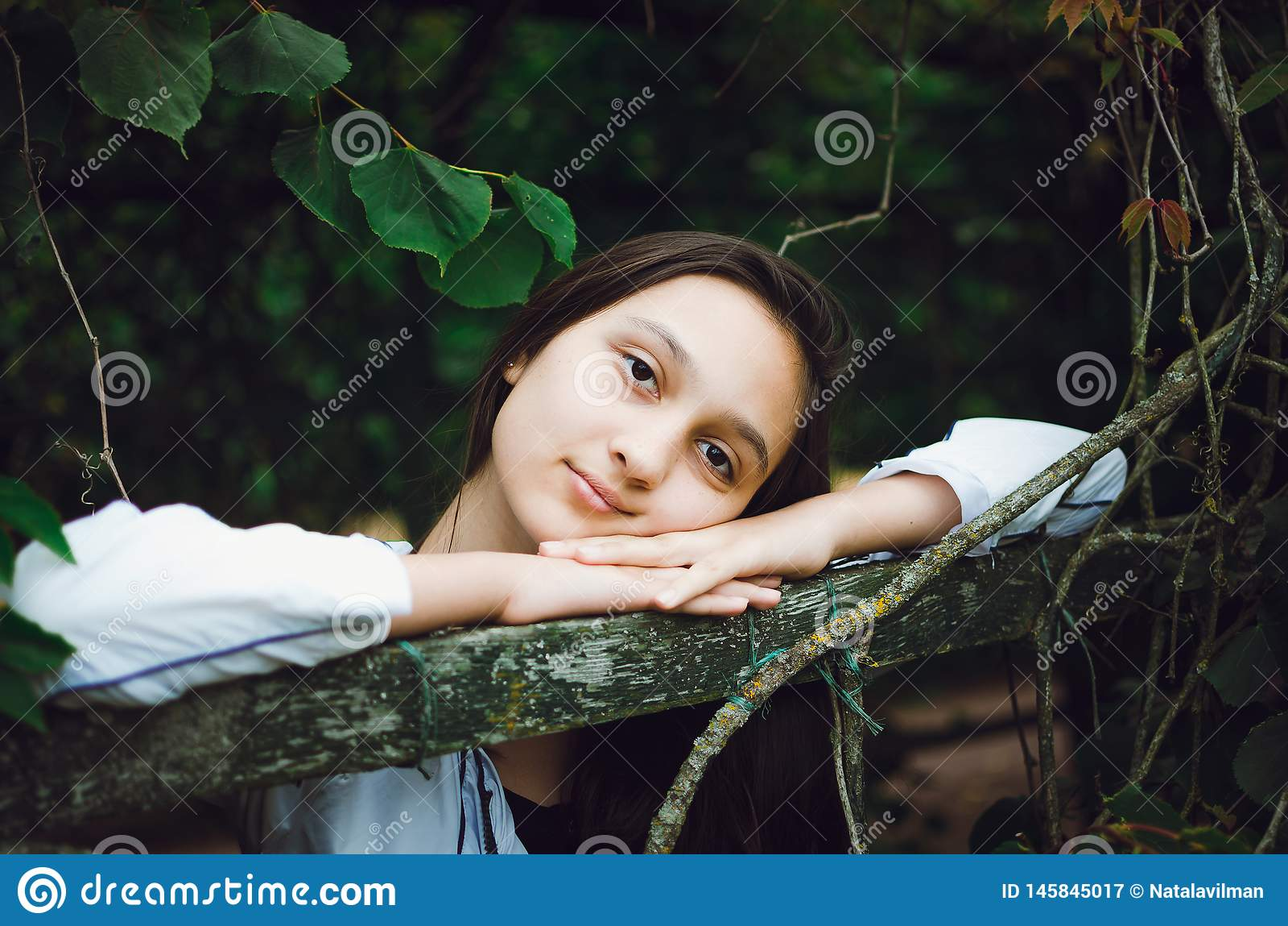 Jong mooi meisje op de achtergrond van aard