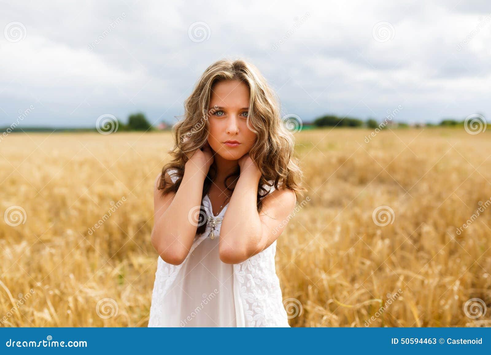 Jong mooi meisje op een tarwegebied